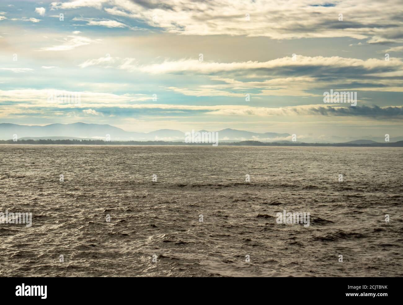 l'orizzonte del mare con il cielo stupefacente al mattino da un'immagine ad angolo piatto è preso alla spiaggia di om gokarna karnataka india. è una delle migliori spiagge di gokarna. Foto Stock