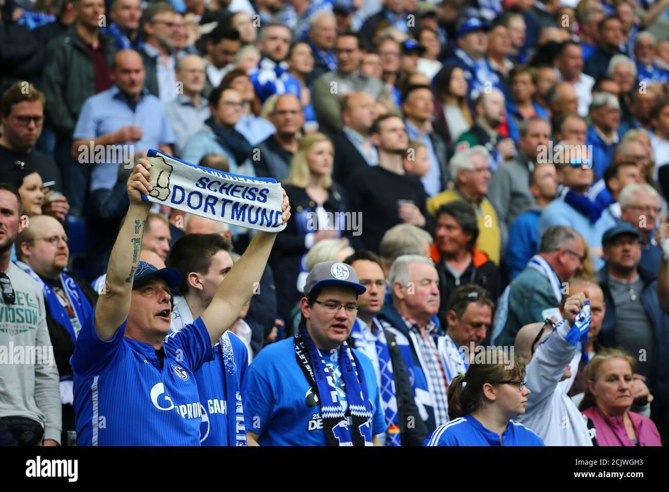 Calcio Calcio - Bundesliga - Schalke 04 vs Borussia Dortmund - Veltins-Arena, Gelsenkirchen, Germania - 15 aprile 2018 tifosi di Schalke REUTERS/Wolfgang Rattay DFL REGOLA PER LIMITARE L'UTILIZZO ONLINE DURANTE IL TEMPO DI PARTITA A 15 IMMAGINI PER PARTITA. LE SEQUENZE DI IMMAGINI PER SIMULARE IL VIDEO NON SONO CONSENTITE IN NESSUN MOMENTO. PER ULTERIORI DOMANDE, CONTATTARE DFL DIRETTAMENTE AL NUMERO + 49 69 650050 Foto Stock