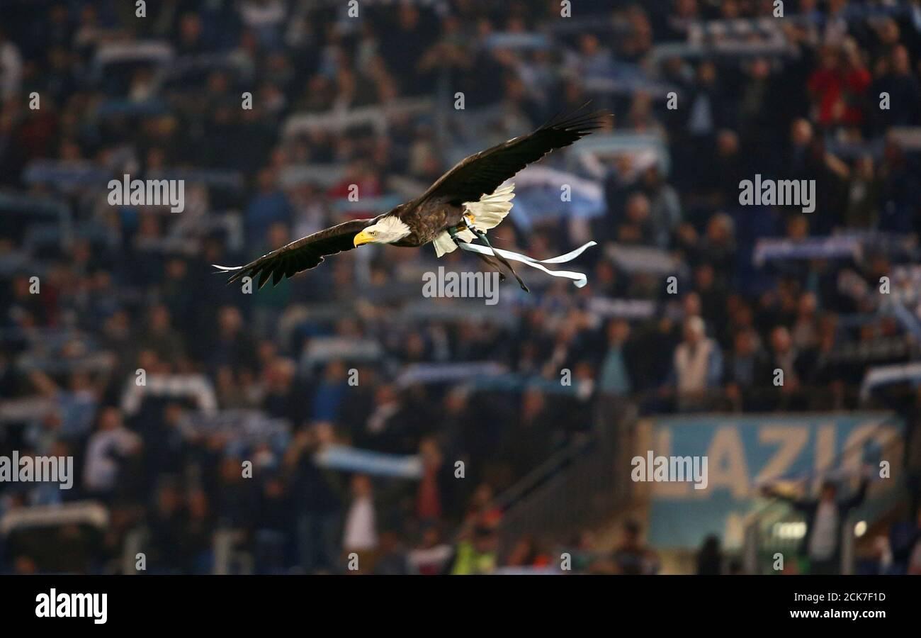 Calcio Calcio - Serie A - Lazio vs AS Roma - Stadio Olimpico, Roma, Italia - 15 aprile 2018 la mascotte laziale Olimpia vola intorno allo stadio prima della partita REUTERS/Alessandro Bianchi Foto Stock