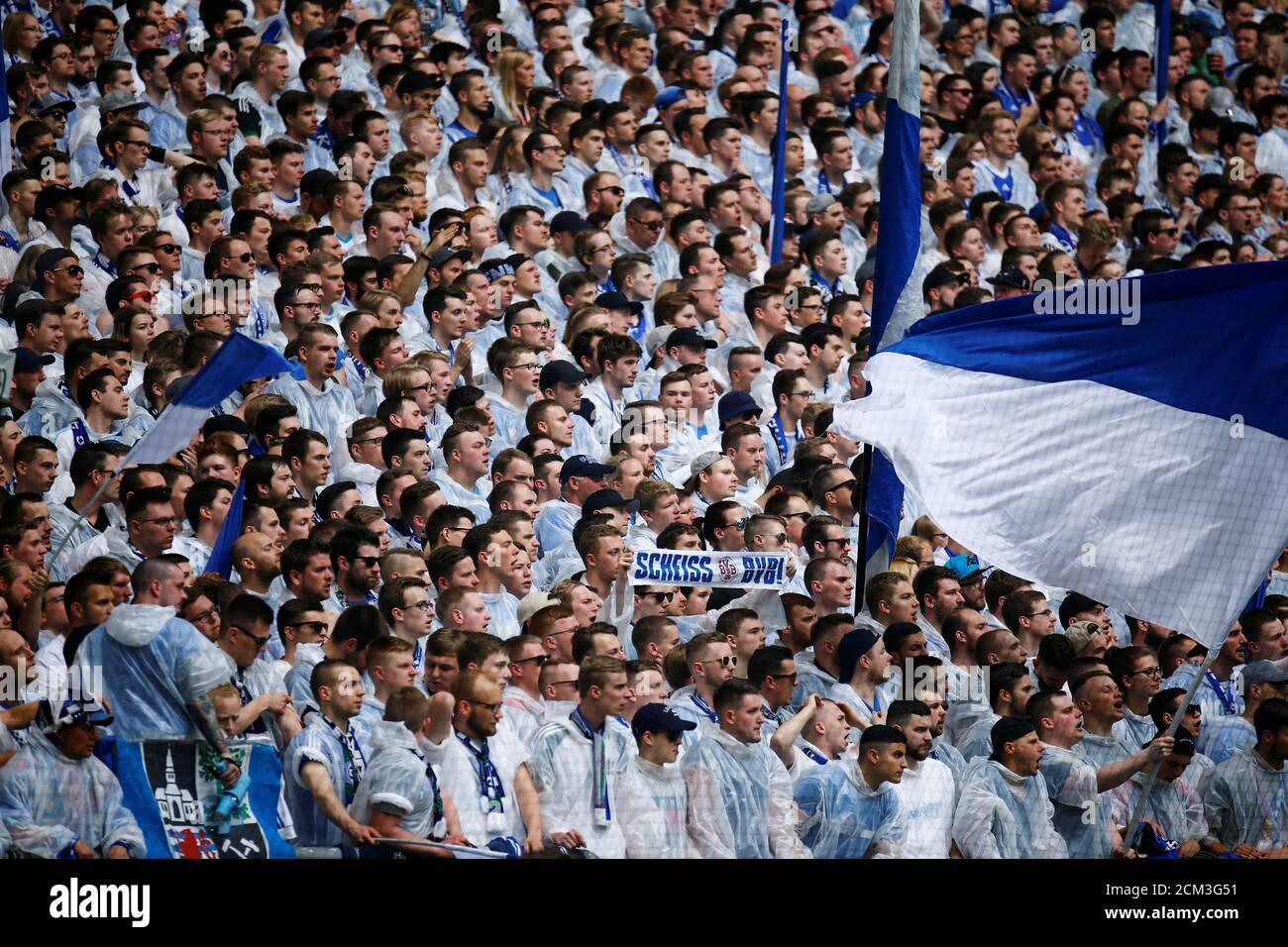 Calcio Calcio - Bundesliga - Schalke 04 vs Borussia Dortmund - Veltins-Arena, Gelsenkirchen, Germania - 15 aprile 2018 tifosi di Schalke REUTERS/LEON KUEGELER DFL REGOLA PER LIMITARE L'USO ONLINE DURANTE IL TEMPO DI PARTITA A 15 IMMAGINI PER GIOCO. LE SEQUENZE DI IMMAGINI PER SIMULARE IL VIDEO NON SONO CONSENTITE IN NESSUN MOMENTO. PER ULTERIORI DOMANDE, CONTATTARE DFL DIRETTAMENTE AL NUMERO + 49 69 650050 Foto Stock