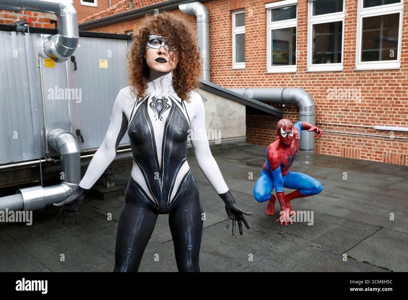 GEEK ART - Bodypainting e Transformaking: Spider-Man e Spider-Gwen fotografare con Patrick Kiel e Lena Kiel all'Hefehof di Hamelin il 15 settembre 2020 - un progetto del fotografo Tschiponnique Skupin e del bodypainter Enrico Lein Foto Stock