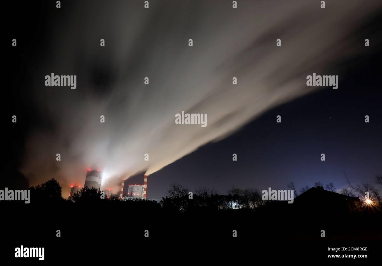 Fumi e vapori provenienti dalla centrale elettrica Belchatow, la più grande centrale a carbone d'Europa, gestita da PGE Group, di notte vicino a Belchatow, Polonia, 28 novembre 2018. REUTERS/Kacper Pempel Foto Stock