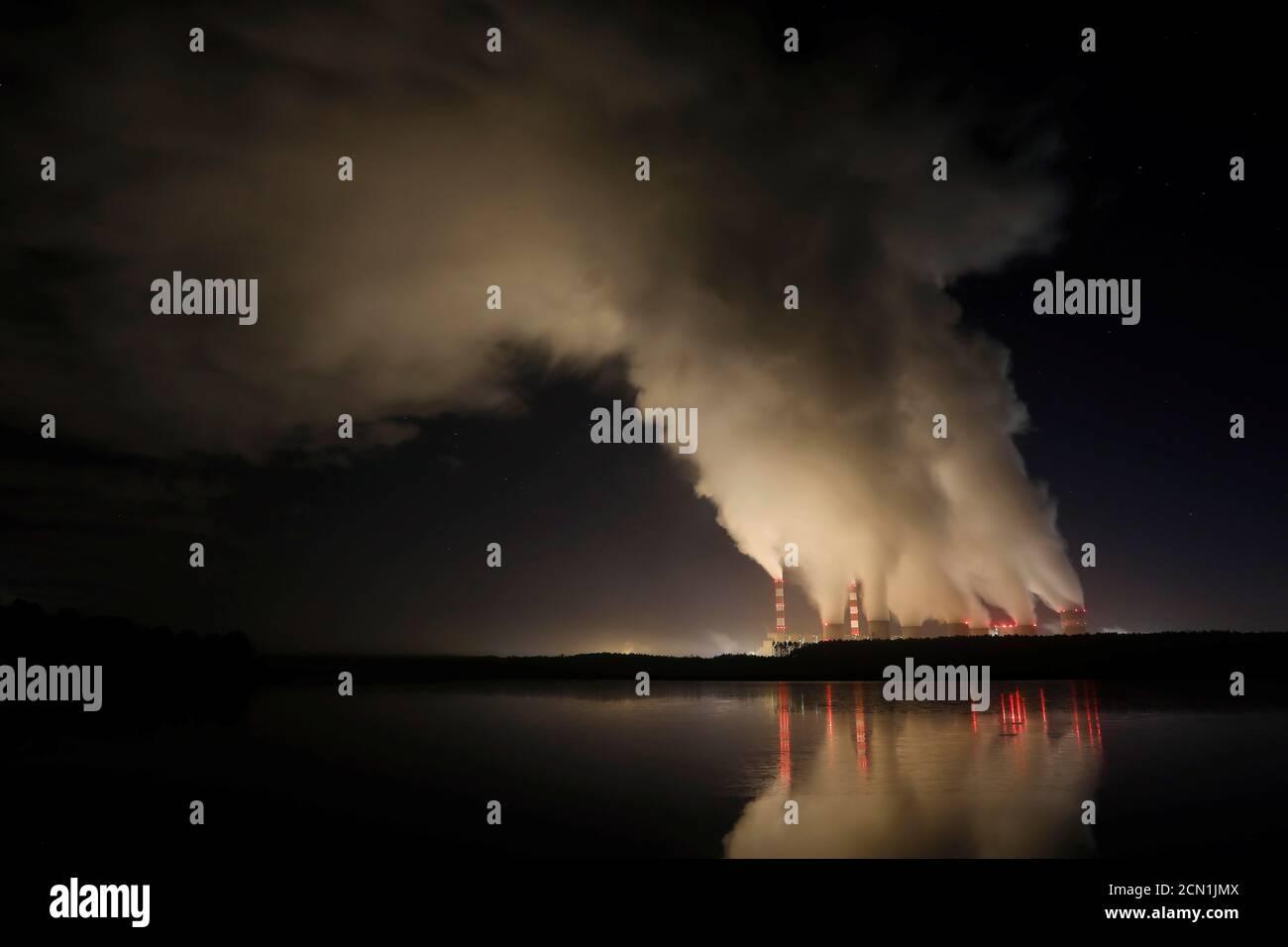 Fumi e vapori provenienti dalla centrale elettrica Belchatow, la più grande centrale a carbone d'Europa, gestita da PGE Group, di notte vicino a Belchatow, Polonia, 5 dicembre 2018. Foto scattata il 5 dicembre 2018. REUTERS/Kacper Pempel Foto Stock