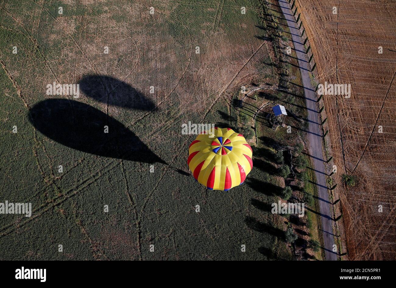 Una mongolfiera vola durante un evento di mongolfiera a Todi, 29 luglio 2017. REUTERS/Alessandro Bianchi Foto Stock