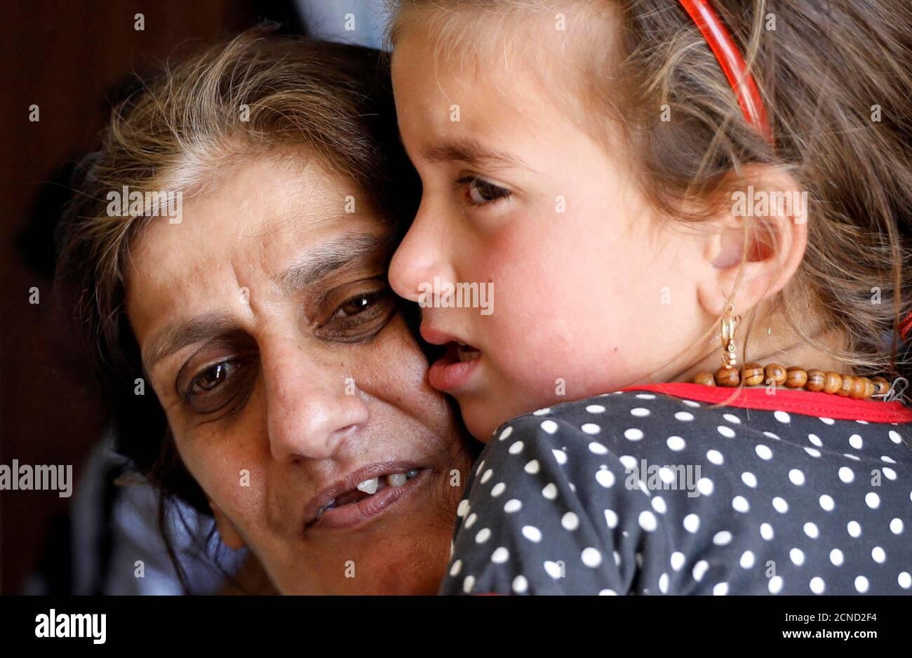 L'iracheno Aida Nuh porta la figlia Christina Ezzo Abada, ex ostaggio di militanti dello Stato islamico per tre anni, dopo che sono stati riuniti in un campo profughi a Erbil, Iraq, il 10 giugno 2017. REUTERS/Erik De Castro Foto Stock