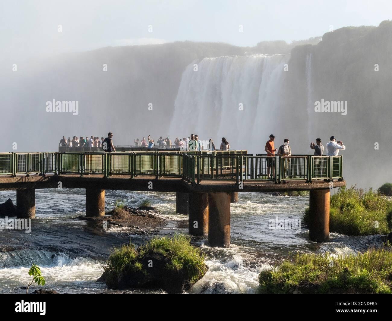 I turisti sulla piattaforma di osservazione alle Cascate di Iguacu (Cataratas do Iguacu), Patrimonio Mondiale dell'UNESCO, dal lato brasiliano, Parana, Brasile Foto Stock