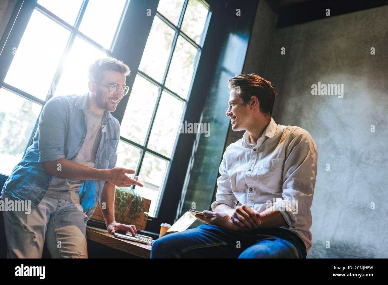 Seduto A Un Tavolo Immagini E Fotos Stock Alamy