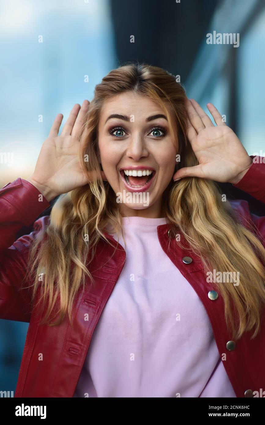 Primo piano ritratto di una bella ragazza sorridente con bei denti che si divertono in strada. Foto Stock