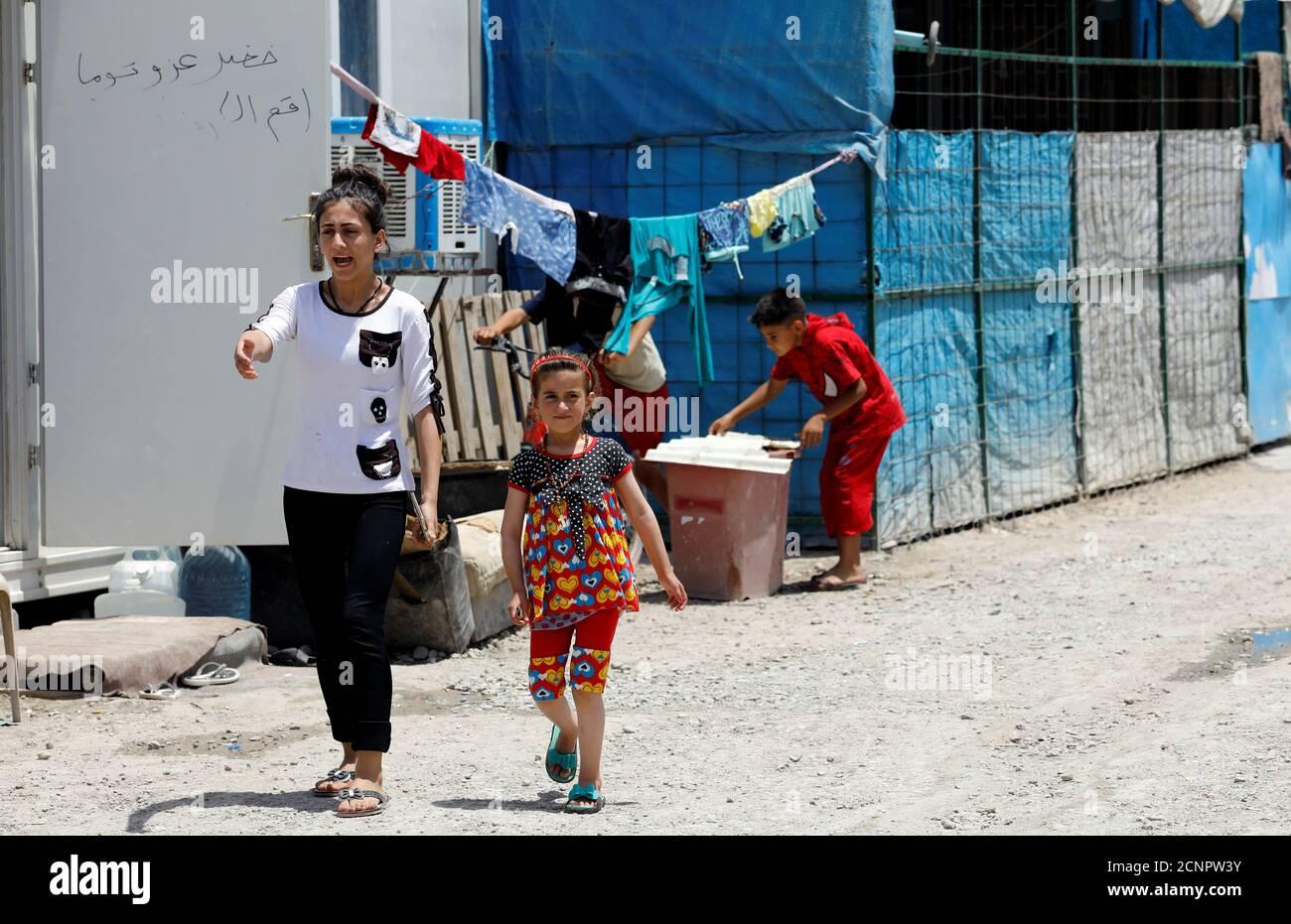 Christina Ezzo Abada irachena, ex ostaggio di militanti dello Stato islamico per tre anni, cammina con la sorella in un campo profughi a Erbil, Iraq, 10 giugno 2017. REUTERS/Erik De Castro Foto Stock