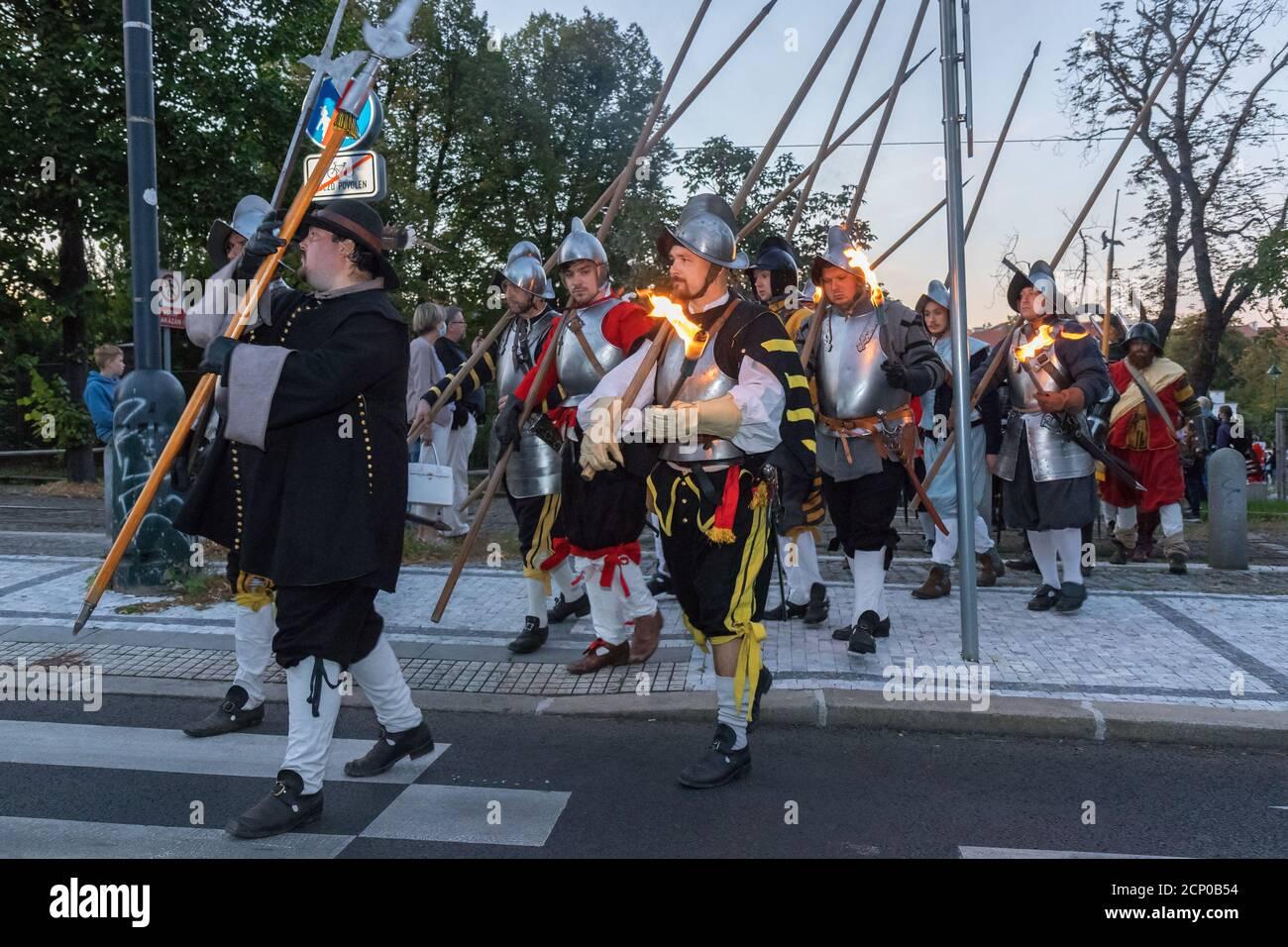 PRAGA - Settembre 18: Processione di riattori storici che segnano la vigilia della Battaglia di Bila Hora, 400 anni fa alla porta di Pisecka il 18 settembre, Foto Stock
