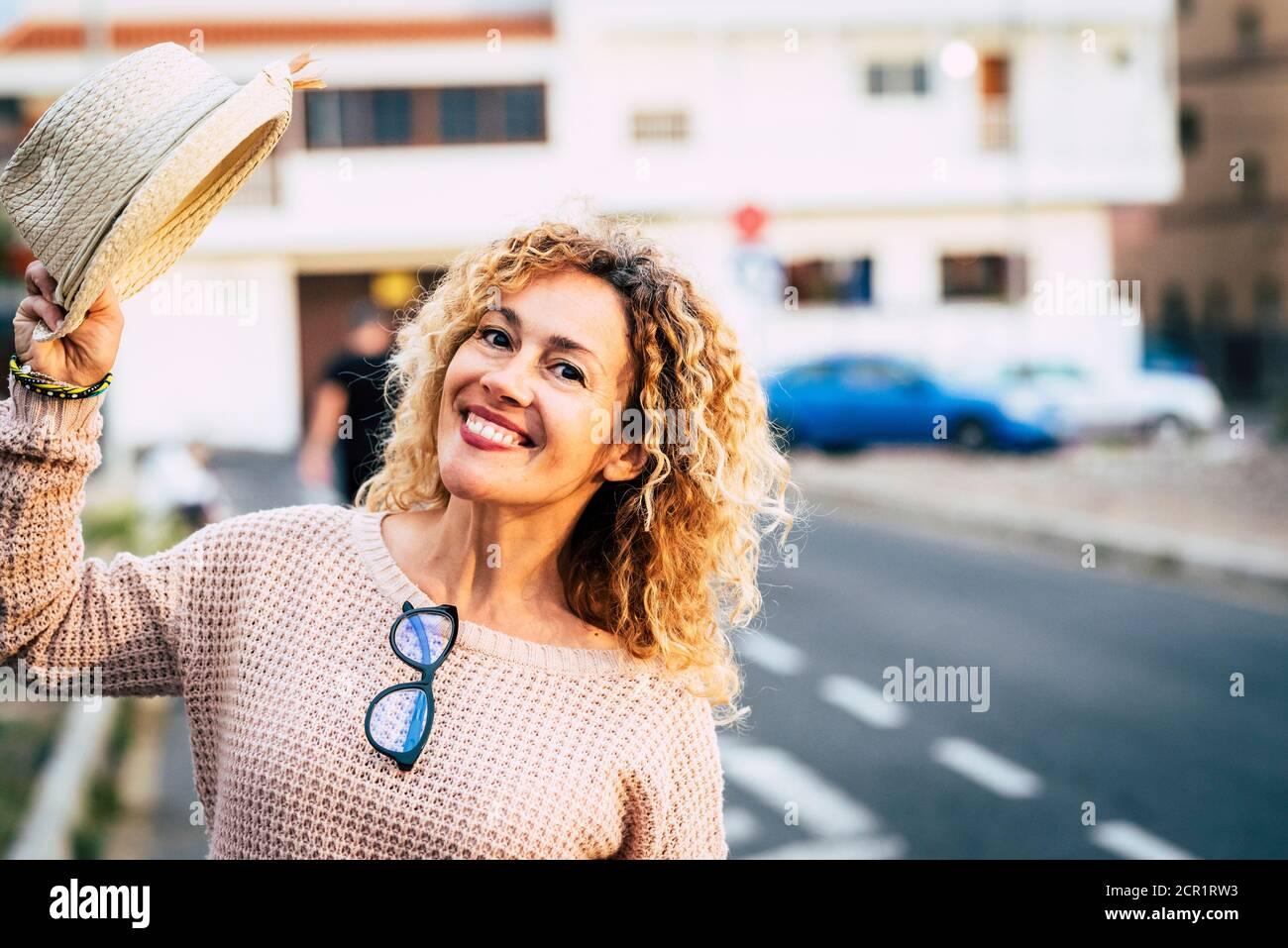 Allegro adulto caucasico gente felice donna ritratto con città urbano sfondo - gente gioiosa in attività di svago all'aperto durante il giorno di vita reale Foto Stock