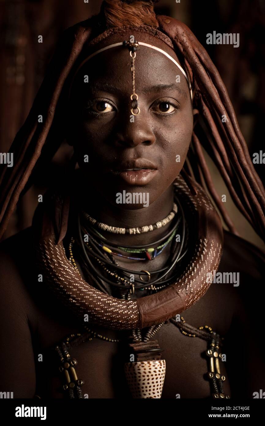 Una giovane donna Himba in posa per un ritratto a Epupa Falls, nella regione di Kunene, Namibia. Foto Stock