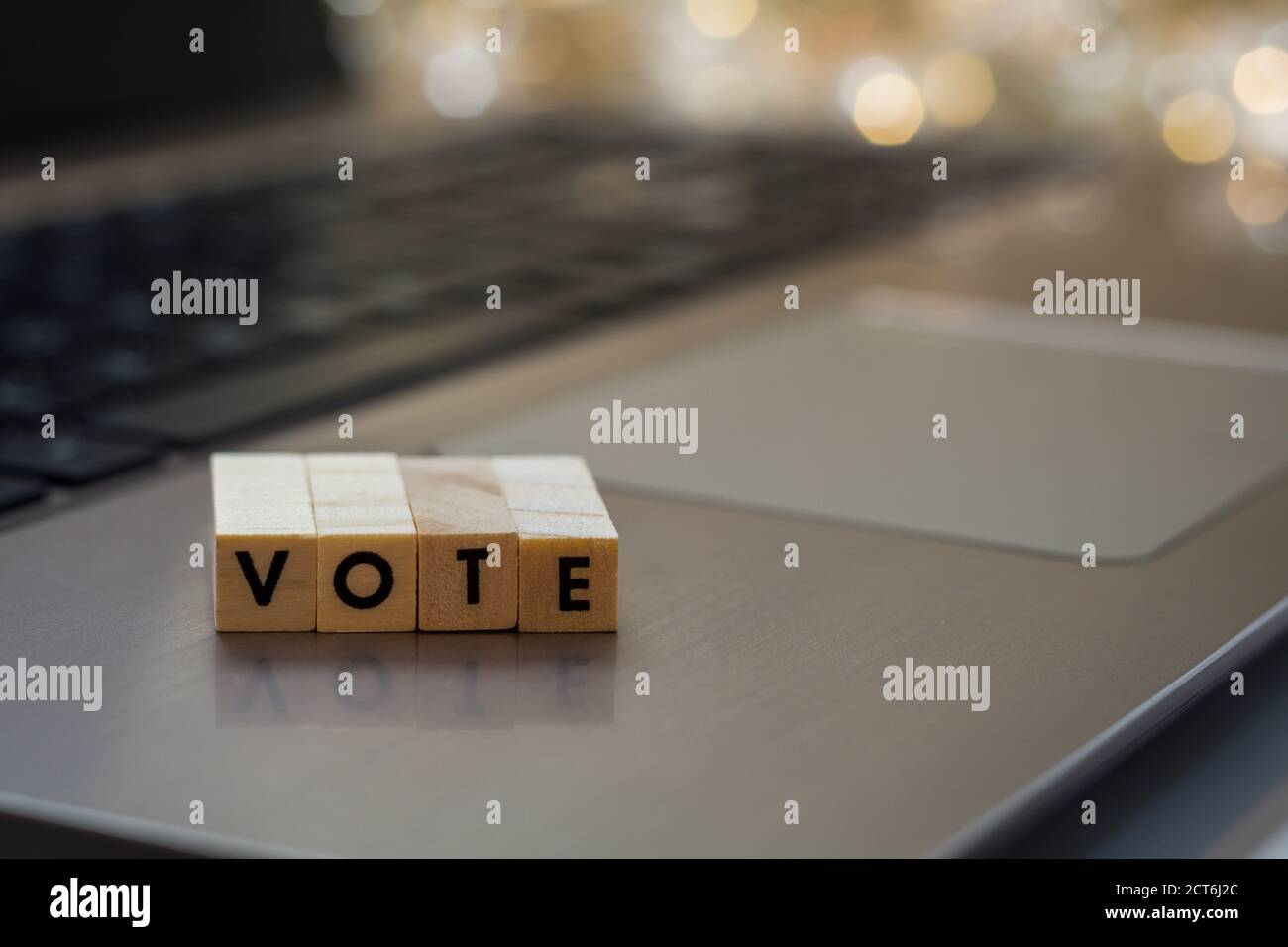 VOTA il concetto dei blocchi di lettere sulla tastiera del notebook Foto Stock