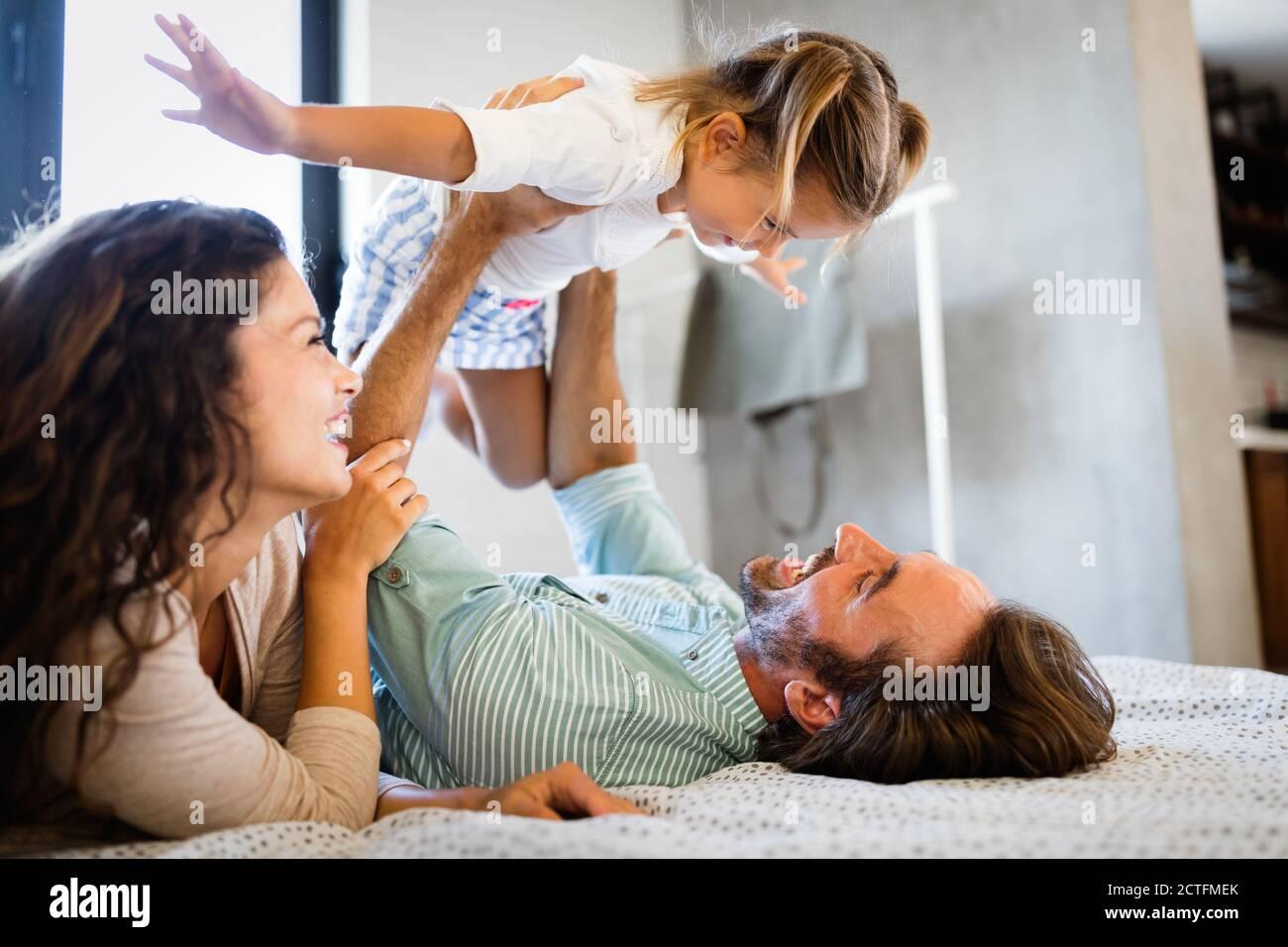La famiglia felice avente tempi di divertimento a casa Foto Stock