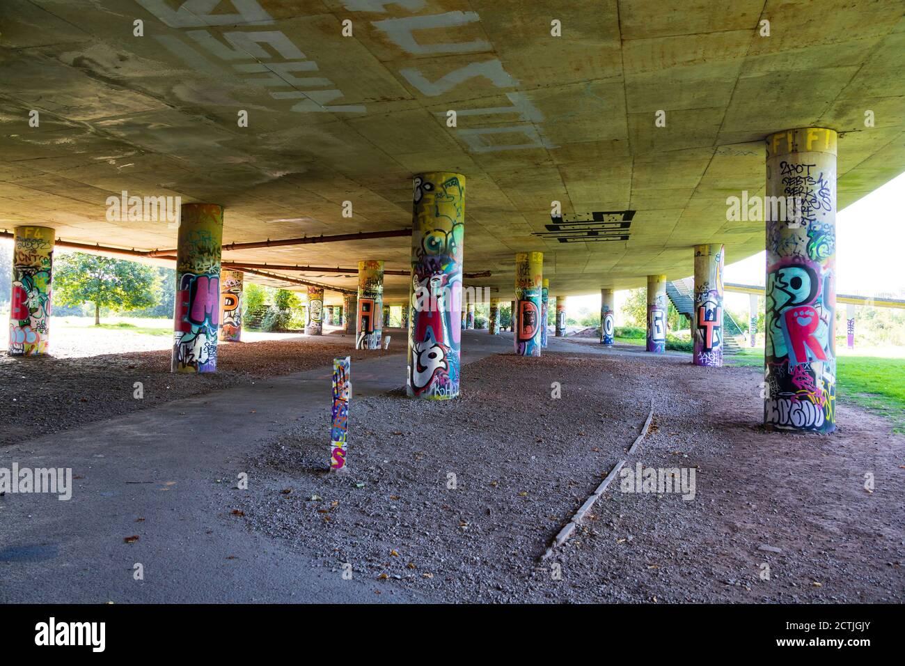 Colonne di supporto Graffitied sotto la Via Brunel, A3029 ponte stradale. Bristol, Inghilterra. Settembre 2020 Foto Stock