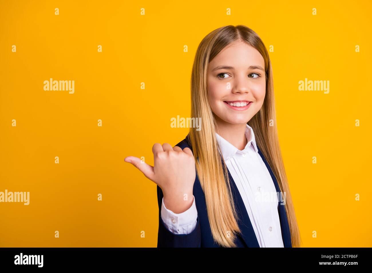 Primo piano-in su ritratto di lei bella bella bella allegra lungo-capelli ragazza che mostra il pollice annuncio pubblicitario copy space look idea accademica isolato luminoso Foto Stock