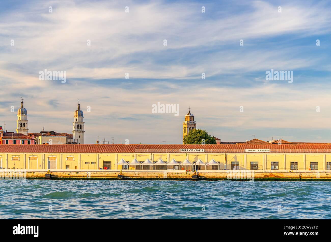 Porto di Venezia sul terrapieno di Fondamenta Zattere nel centro storico di Dorsoduro sestiere, vista dalle acque del canale della Giudecca, Veneto, Italia Foto Stock