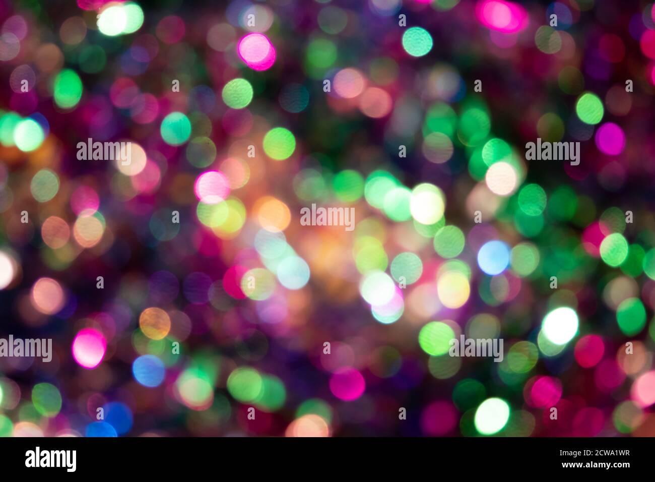 Festoso sfondo colorato bokeh con scintille psichedeliche colorate e puntini colorati come sfondo perfetto per silvester, celebrazione felice anno nuovo Foto Stock