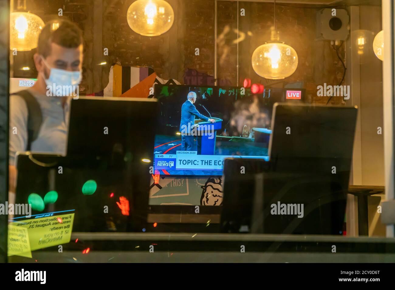 Una televisione in un ristorante Taco Bell Cantina a Chelsea a New York martedì 29 settembre 2020 mostra il primo dibattito presidenziale dal vivo tra il Pres. Donald Trump e il Senatore e il candidato democratico Joe Biden. (© Richard B. Levine) Foto Stock