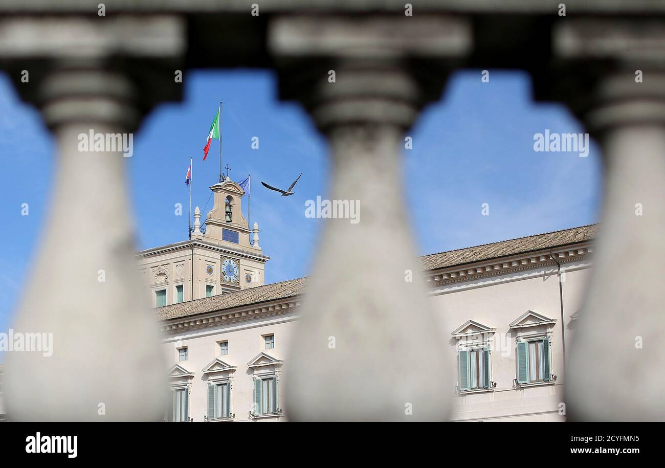 A seagull flies atop of the Quirinale presidential palace in Rome October 28, 2014. Italy's President Giorgio Napolitano gave unprecedented testimony on Tuesday in a major trial that accuses the state of holding secret talks with the Sicilian Mafia in the 1990s. REUTERS/Alessandro Bianchi (ITALY - Tags: POLITICS CRIME LAW) Foto Stock