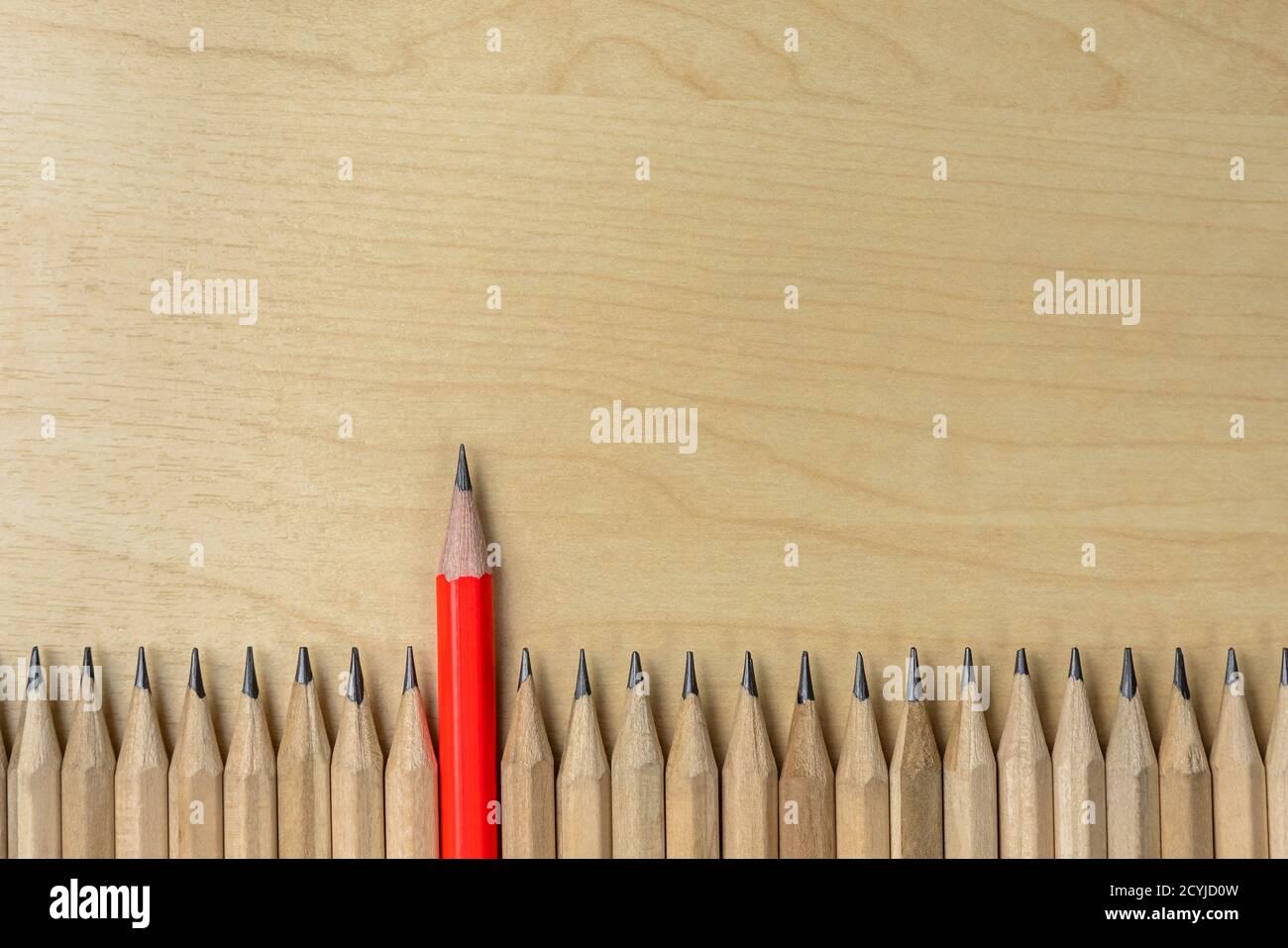Diverso della sporgenza della matita da altri mostrando concetto di business unici di pensare diversi dalla folla e uno speciale con abilità di leadership. Foto Stock