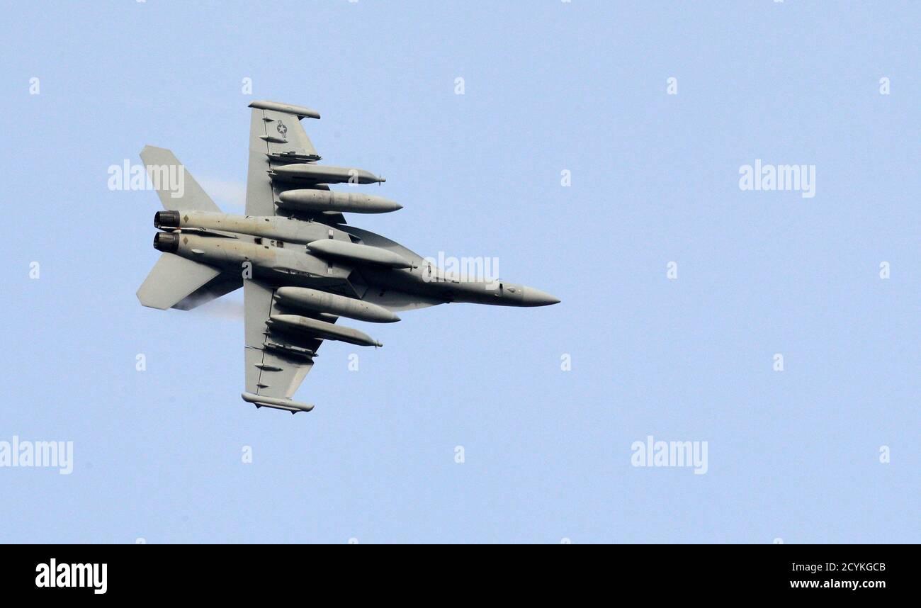 Un aereo da guerra elettronico EA-18G Growler vola sopra la base aerea della NATO ad Aviano il 19 marzo 2011. La comunità internazionale deve accelerare la situazione in Libia, ha affermato sabato una fonte del governo francese dopo che le forze fedeli al leader libico Muammar Gheddafi hanno attaccato la città di Bengasi, detenuta dai ribelli. Un diplomatico della NATO ha affermato che non era prevista alcuna decisione in merito all'azione della NATO prima di domenica, ma ha aggiunto: »ovviamente si sta esercitando pressione per fare qualcosa ora». REUTERS/Alessandro Garofalo (ITALIA - Tags: POLITICA MILITARE) Foto Stock