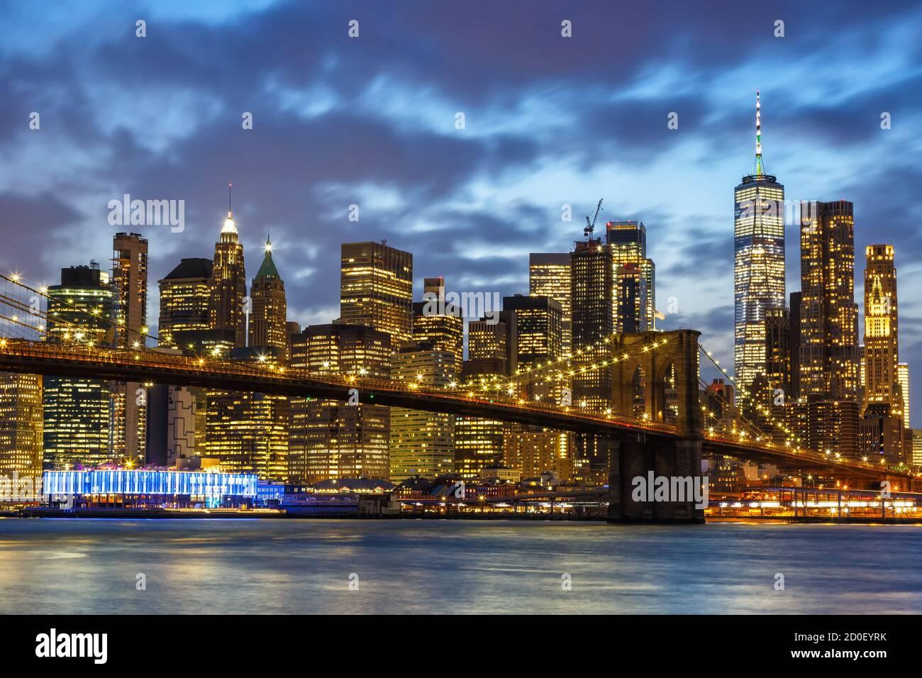 New York City skyline notte Manhattan città Ponte di Brooklyn USA Viaggio al twilight World Trade Center Foto Stock