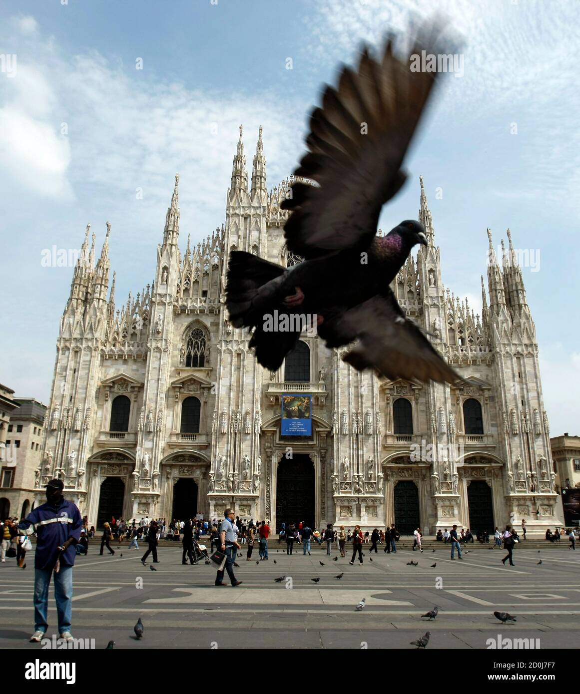 A pigeon flies in front of Duomo cathedral in Milan May 2, 2011.  REUTERS/Alessandro Garofalo     ( ITALY - Tags: ANIMALS RELIGION) Foto Stock