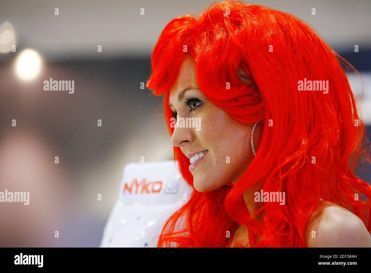 La hostess Kimberly Pfeffer di Nyko Technologies si trova presso il proprio stand durante l'Electronic Entertainment Expo o l'E3 di Los Angeles il 2 giugno 2009. La convention si terrà dal 2 al 4 giugno. REUTERS/Mario Anzuoni (ATTIVITÀ DI INTRATTENIMENTO NEGLI STATI UNITI) Foto Stock