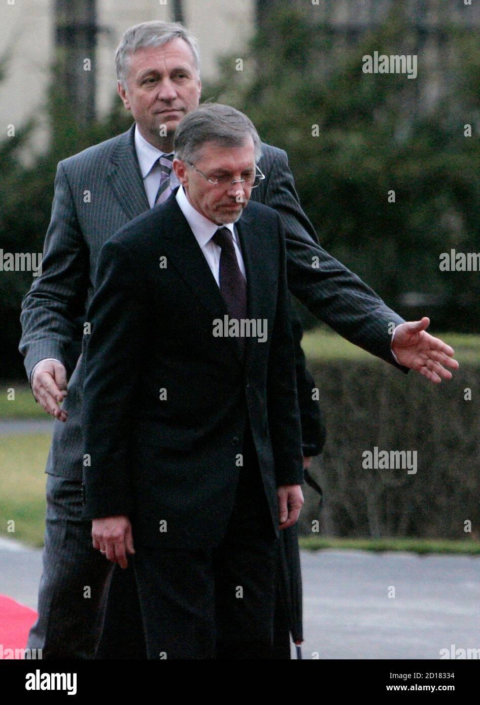 Il primo ministro della Repubblica ceca Mirek Topolanek (L) accoglie il suo omologo lituano Gediminas Kirkilas presso la sede del governo a Praga il 18 marzo 2008. REUTERS/David W Cerny (REPUBBLICA CECA) Foto Stock