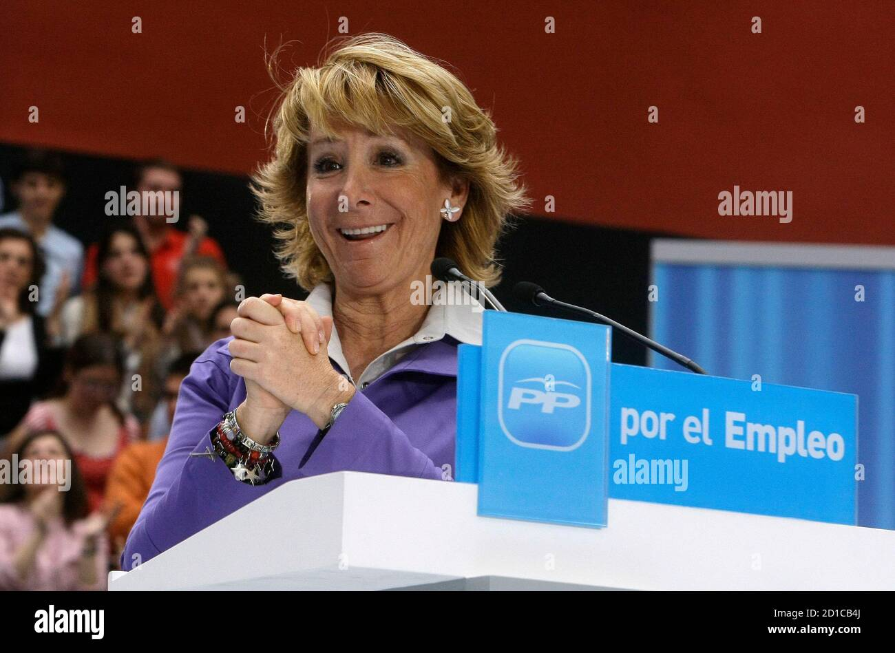 Madrid's regional President Esperanza Aguirre acknowledges applause during a rally about employment in Madrid April 25,  2009.  Banner reads 'For employment'. REUTERS/Andrea Comas (SPAIN POLITICS EMPLOYMENT BUSINESS) Foto Stock