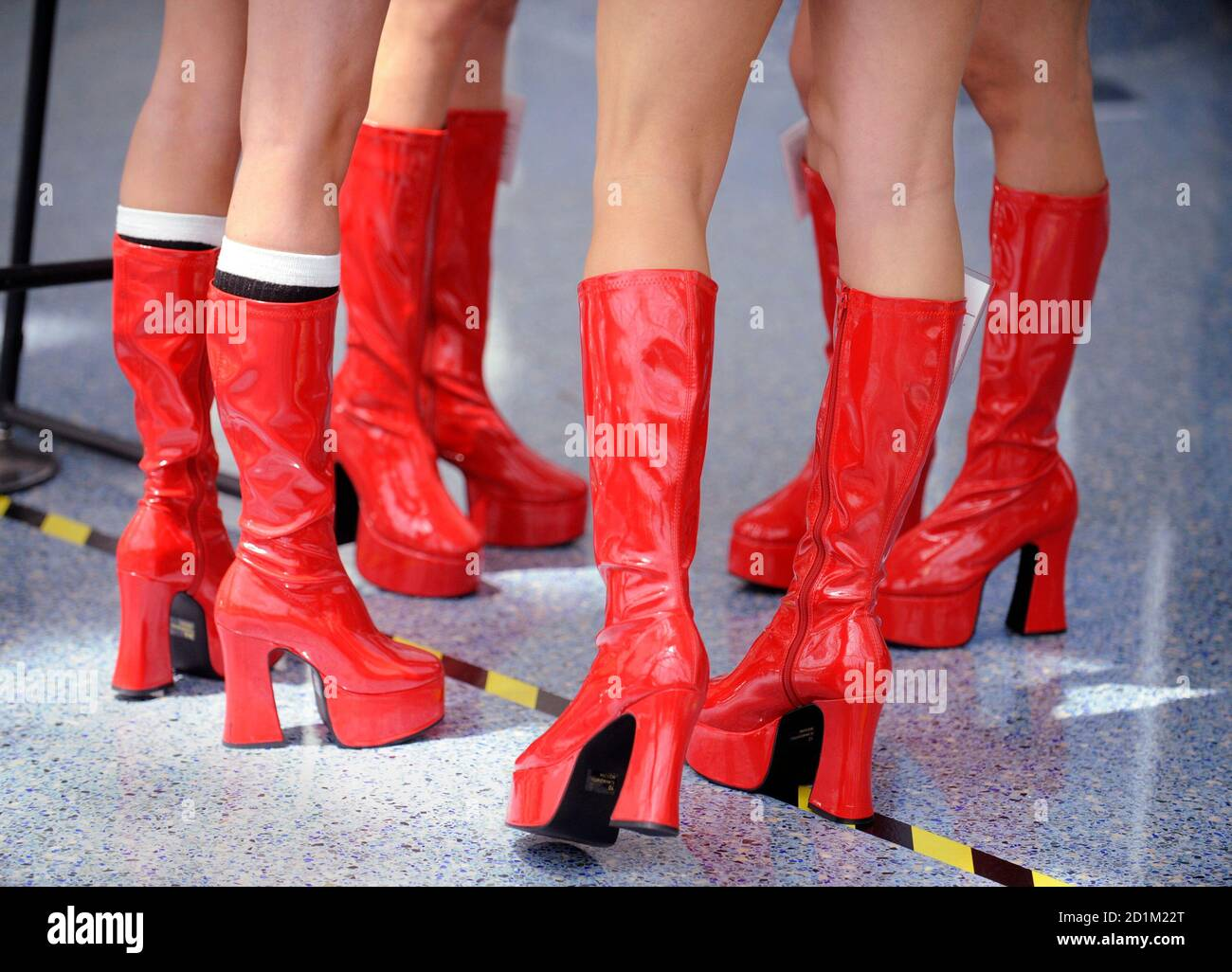 Matching red boots worn by girls promoting Nyko Technologies are seen at the E3 Electronic Entertainment Expo in Los Angeles June 2, 2009.   REUTERS/Phil McCarten  (UNITED STATES ENTERTAINMENT BUSINESS) Foto Stock