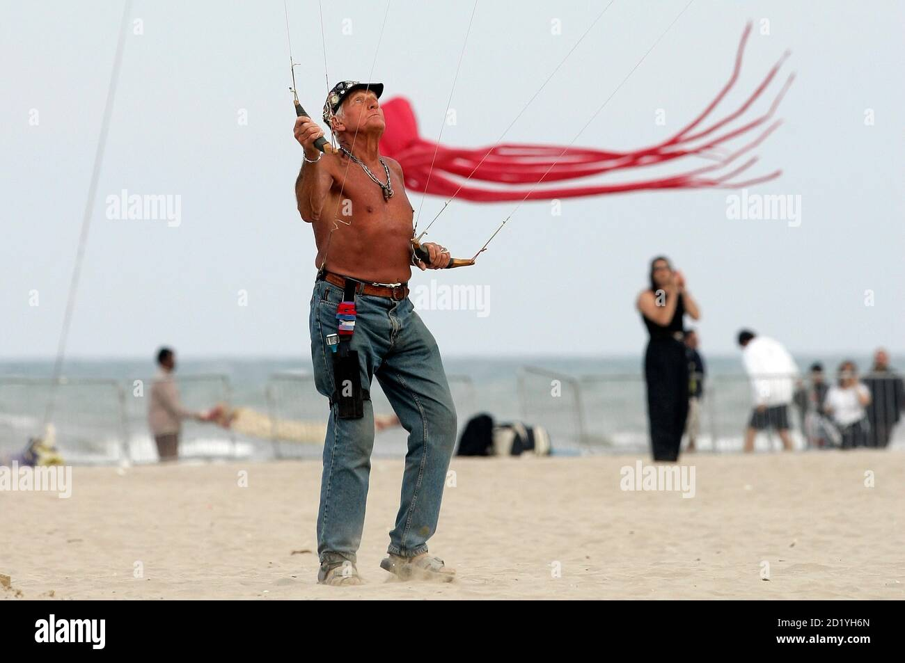 Professional kite flyer Ray Bethell of Canada flies his kites during an international kite festival in Cervia, northeast Italy, April 30, 2007. REUTERS/Alessandro Bianchi (ITALY) Foto Stock