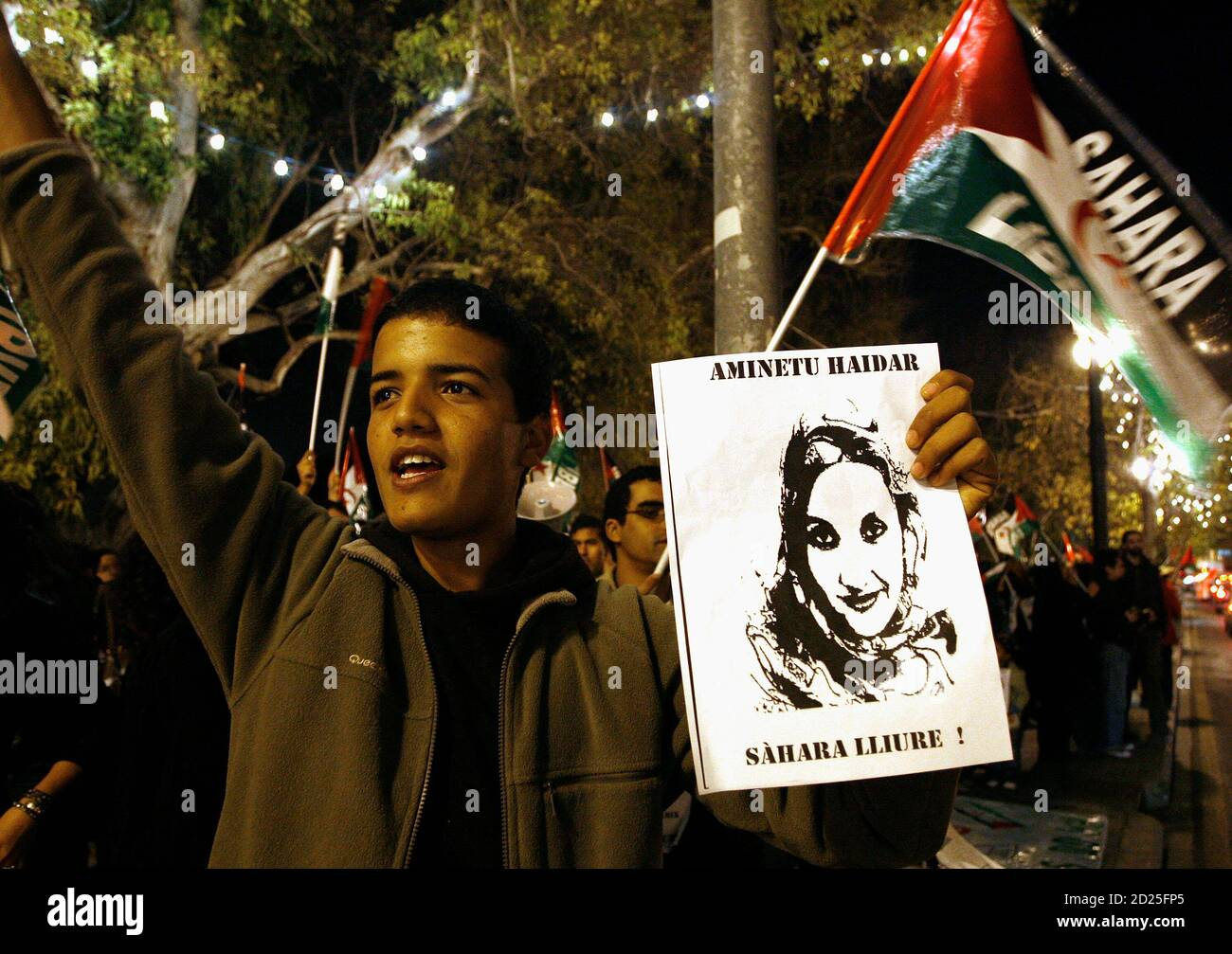 A demonstrator holds a picture of Western Sahara independence campaigner Aminatou Haidar during a protest in Valencia December 10, 2009. Haidar started a hunger strike 23 days ago in protest at being expelled from her desert homeland. She has been at Lanzarote airport in the Canary Islands refusing food ever since Moroccan authorities put her back on a plane when she returned home to Laayoune after a trip to New York. REUTERS/Heino Kalis (SPAIN CONFLICT POLITICS) Foto Stock