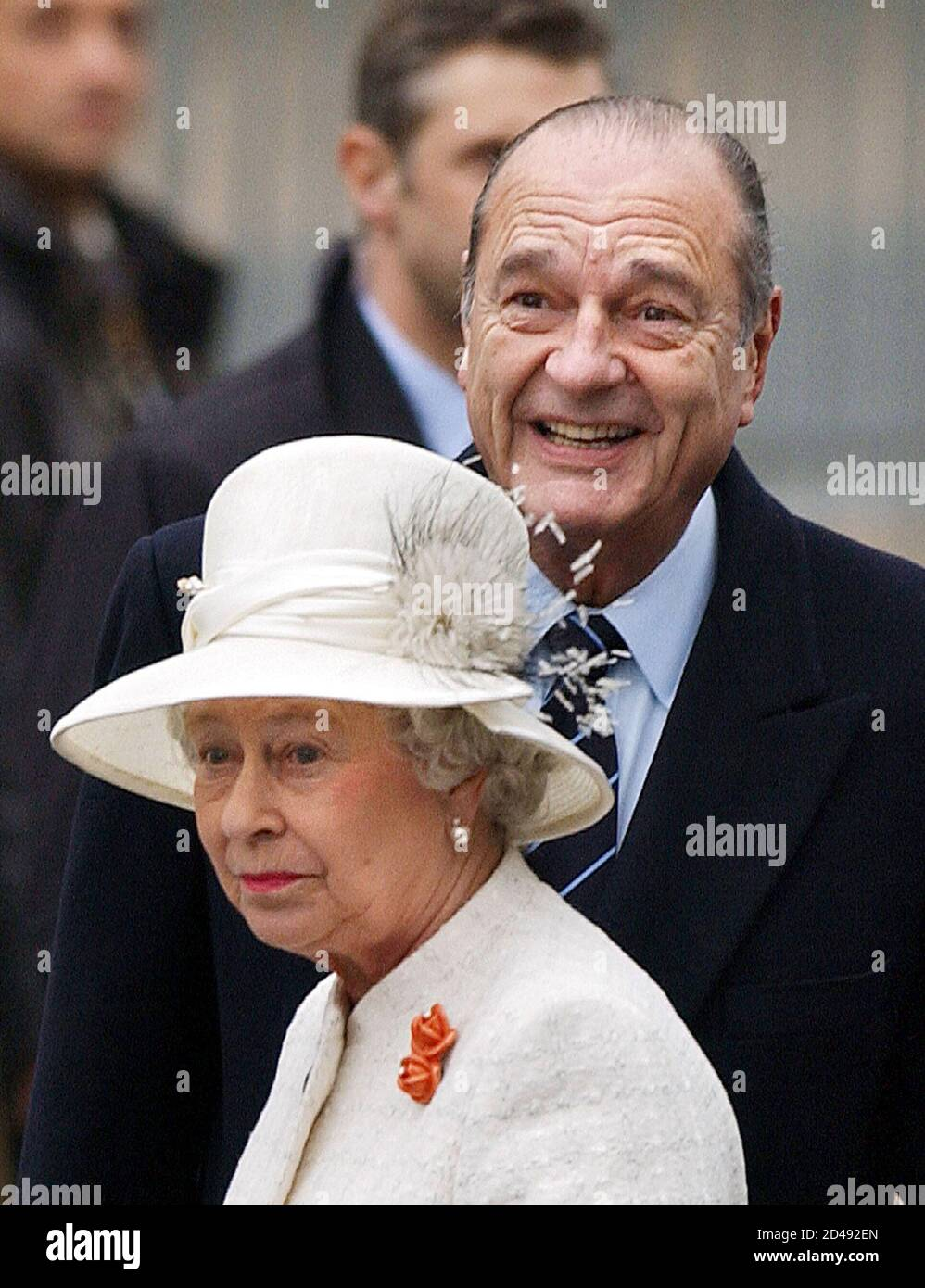 French President Jacques Chirac receives Queen Elizabeth II during an official ceremony with full military honours on the Champs Elysees in Paris, April 5, 2004. Queen Elizabeth II and her husband The Duke of Edinburgh start a three-day state visit to mark the centenary of the Entente Cordiale, the colonial-era promise of cross-channel friendship between Britain and France. REUTERS/Eric Feferberg/Pool  JES/WS Foto Stock