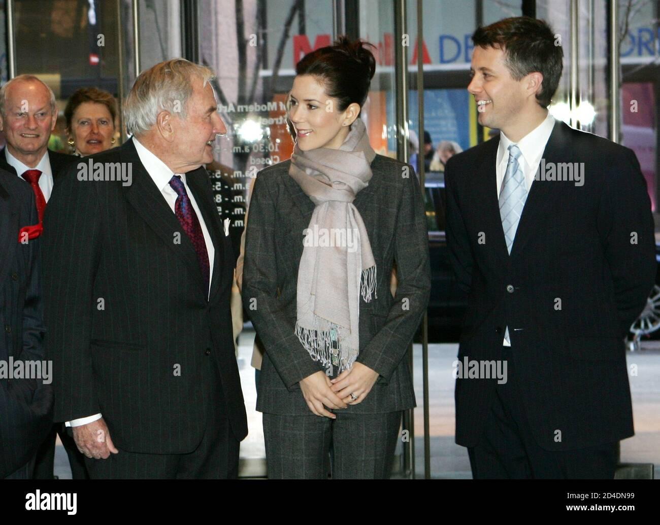 Il principe ereditario danese Frederick (R) e sua moglie la Principessa ereditaria Mary sono accolti da David Rockefeller, (L) il Museo d'Arte moderna del Presidente Emerito di New York, quando la coppia reale arrivò al Museo per un tour privato, il 31 gennaio 2005. REUTERS/Mike Segar MS Foto Stock