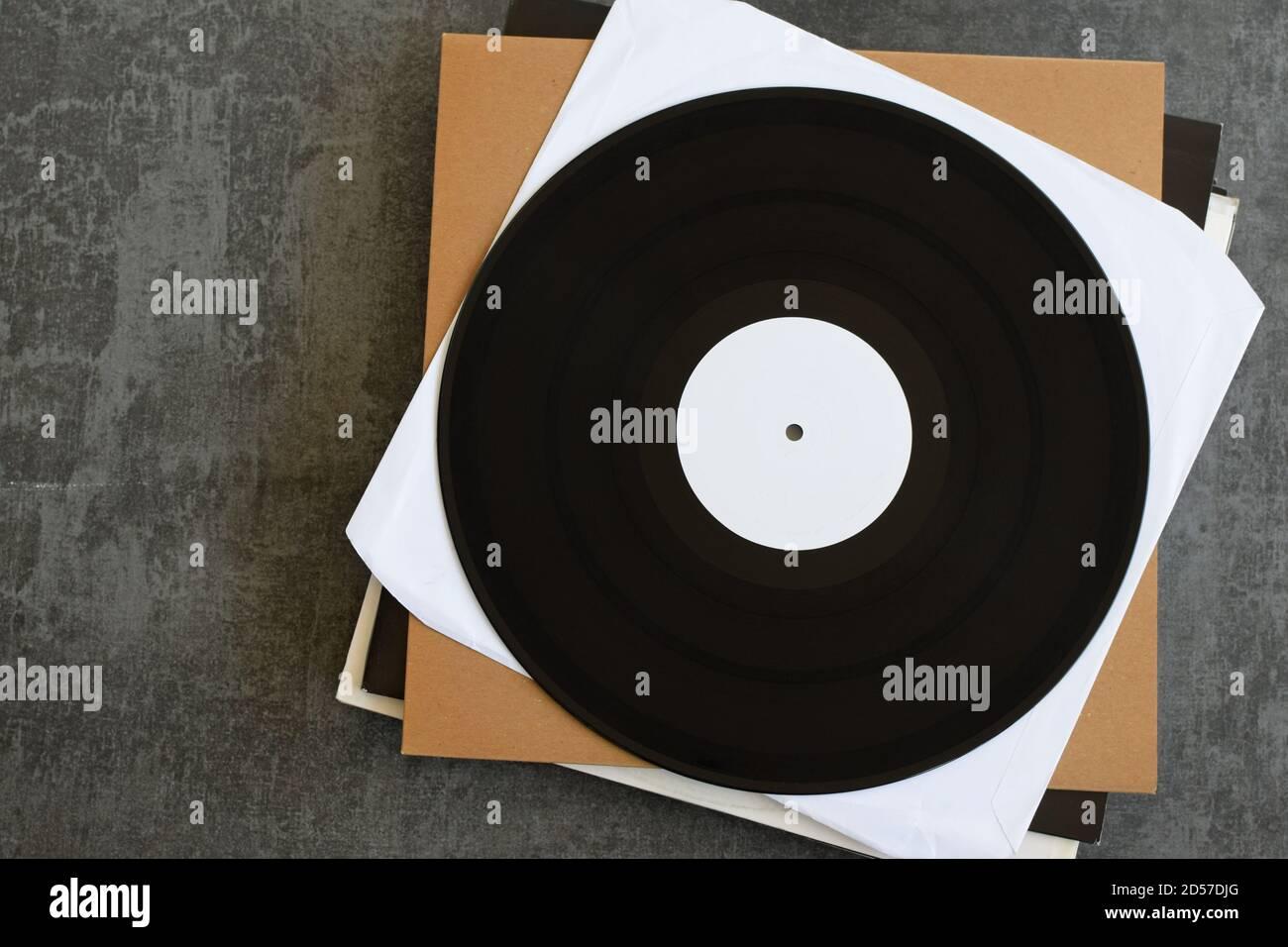 Dischi in vinile promozionali generici con etichetta bianca. Sfondo musicale con spazio di copia per il testo. Foto Stock