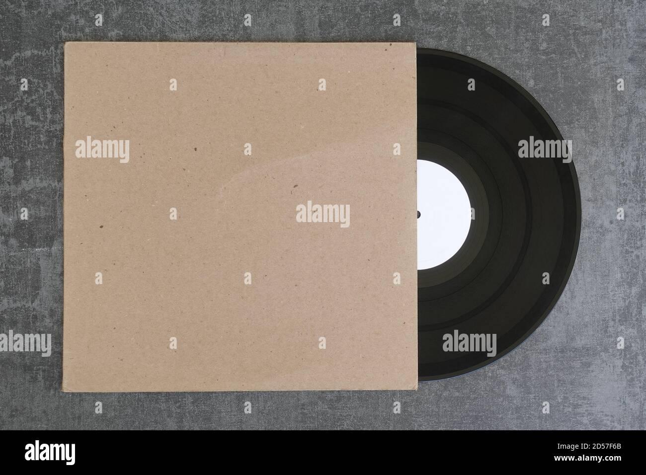 Etichetta bianca con disco in vinile e copertina generica in cartone bianco. Elemento di design con spazio di copia per il tuo logo o grafica. Foto Stock