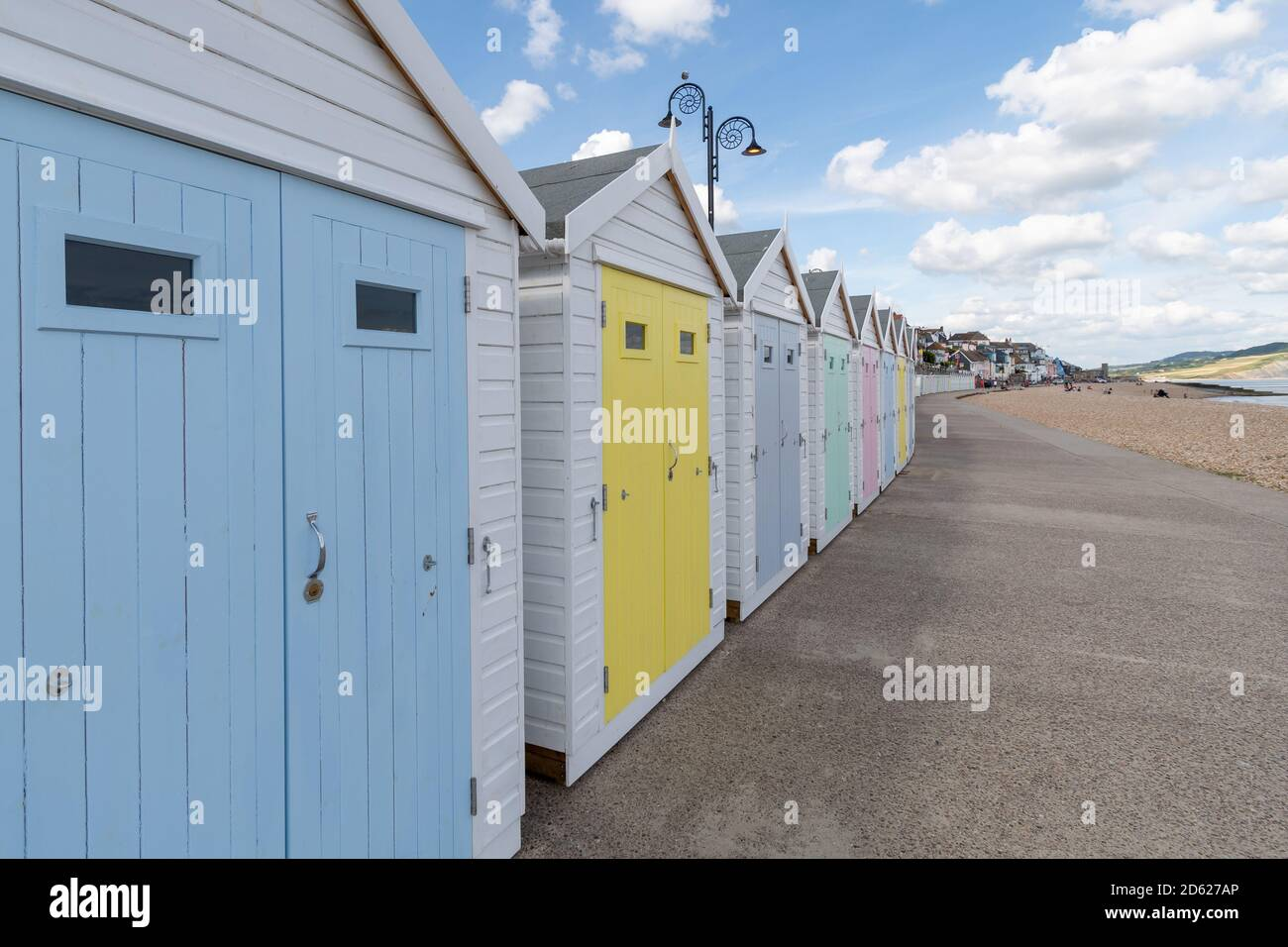 Capanne da spiaggia in fila in spiaggia con più porte colorate Foto Stock