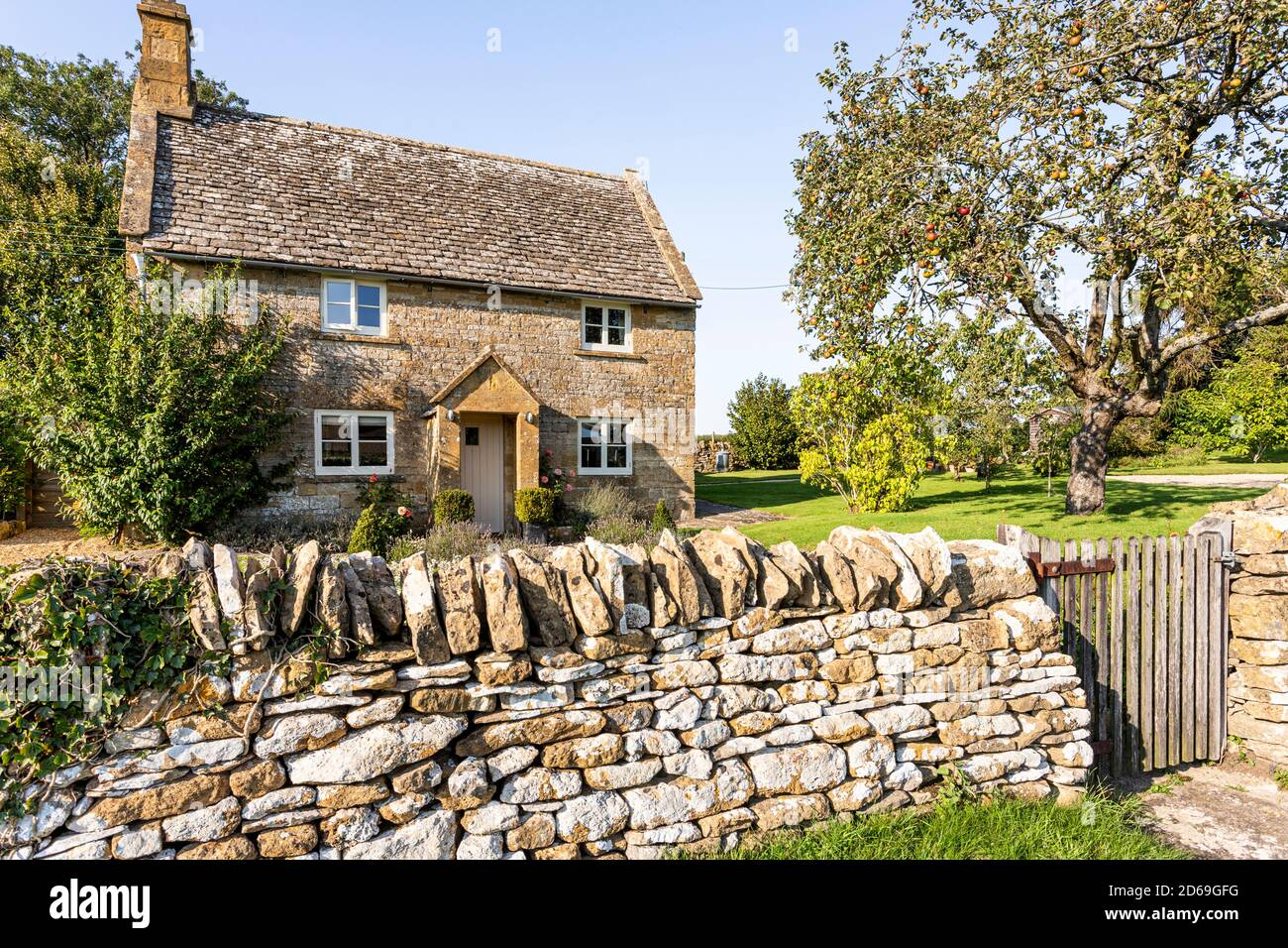 Luce serale su un cottage in pietra tradizionale nel villaggio di Cutsdean, Gloucestershire UK Foto Stock