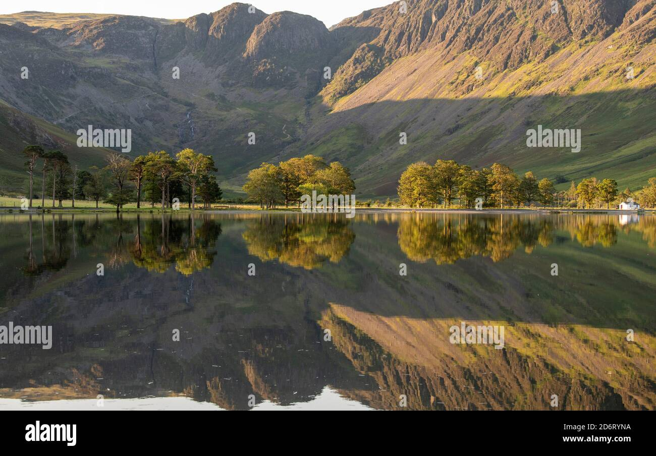 Estate mattina presto riflessioni su Buttermere nel Lake District, Cumbria Inghilterra Regno Unito Foto Stock