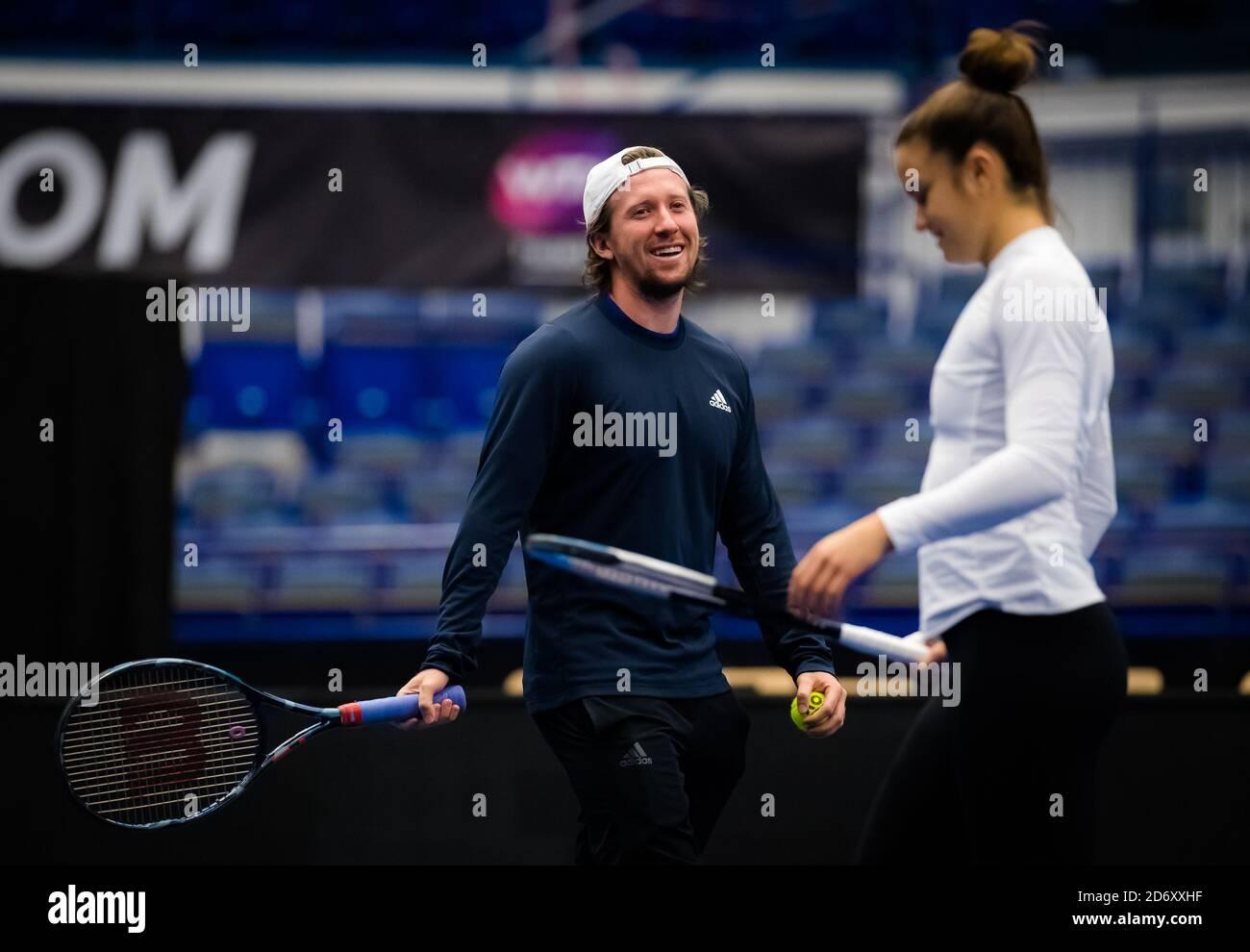 om Hill durante la pratica con Maria Sakkari al torneo di tennis 2020 J&T Banka Ostrava Open WTA Premier il 17 ottobre 2020 a Ostrava, Repubblica Ceca Foto Stock