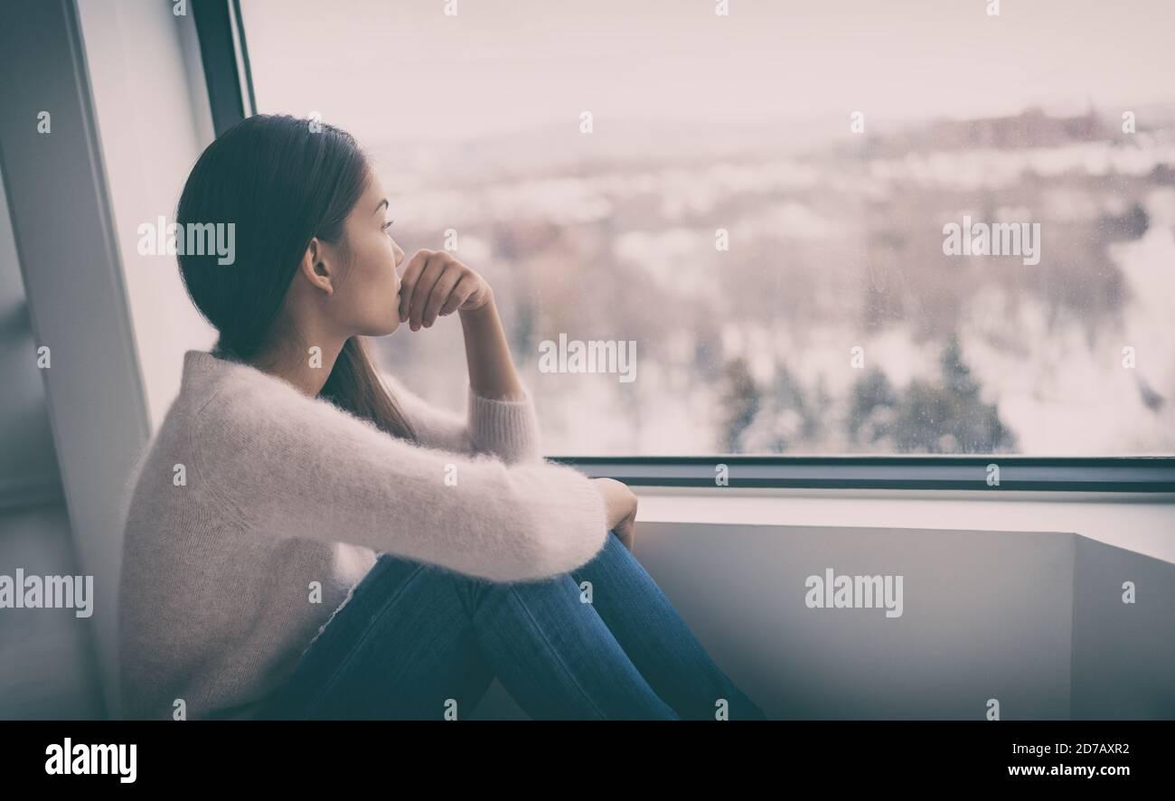 Depressione, salute mentale, terapia psicologica - benessere mentale benessere della mente essendo ragazza asiatica con blues invernale disturbo affettivo stagionale sensazione di tristezza o di cuore Foto Stock