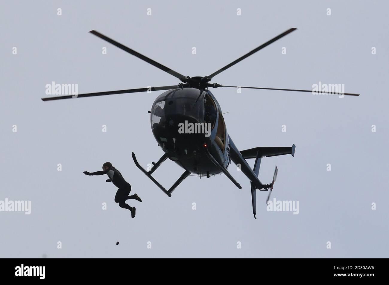 RITRASMISSIONE della distanza di modifica ottenuta in salto a 40 m. L'ex paracadutista John Bream tenta il record per il salto più alto senza un paracadute saltando 40 m da un elicottero nel mare al largo di Hayling Island in Hampshire. Foto Stock