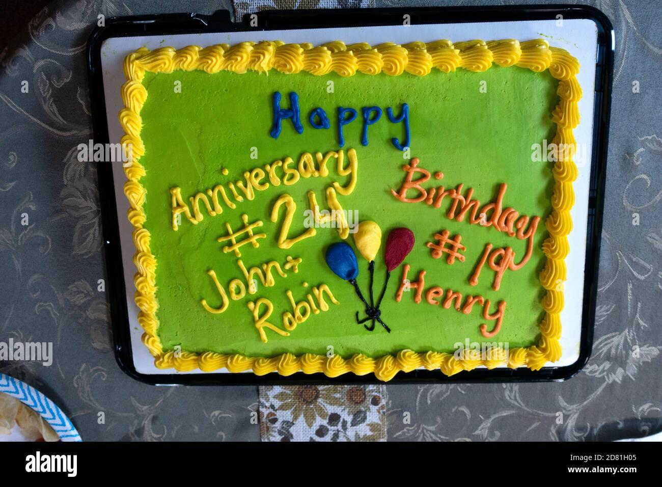 Festa con una torta verde per compleanno e anniversario. Downers Grove, Illinois, Stati Uniti Foto Stock