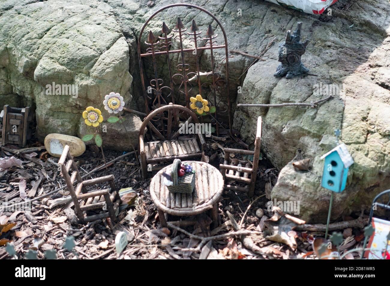 Zona pranzo esterna in miniatura simile a un hobbit con cancello al tunnel interno. Downers Grove, Illinois, Stati Uniti Foto Stock