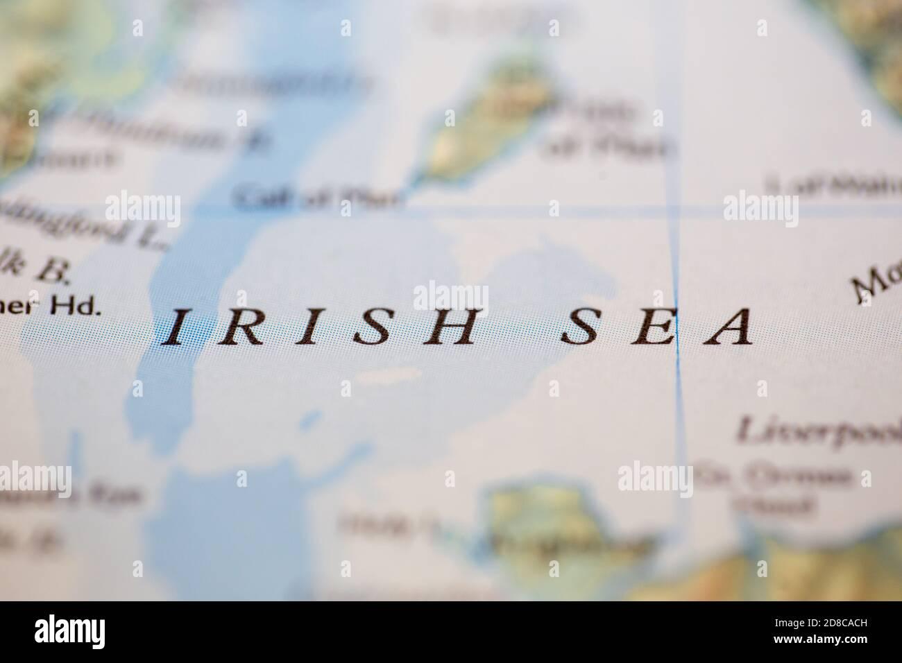 Mare D Irlanda Cartina.Profondita Di Campo Ridotta Fuoco Sulla Posizione Geografica Della Mappa Di Mare D Irlanda Al Largo Della Costa Scozzese Sull Atlante Foto Stock Alamy
