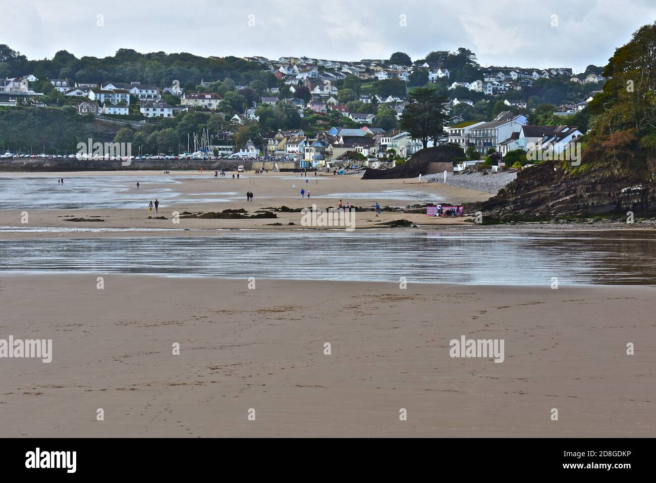 Saundersfoot ad una vista molto la attraverso l'ampia spiaggia di sabbia indietro verso la bassa marea. Foto Stock