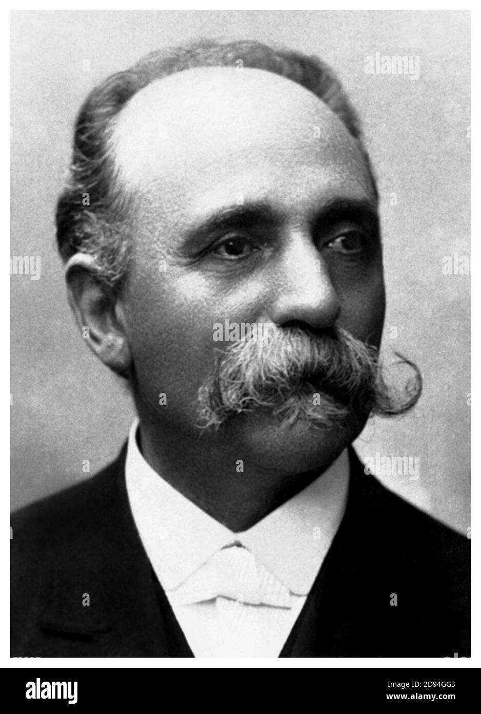 1906 c., ITALIA: Il medico e scienziato italiano CAMILLO GOLGI ( 1843 - 1926 ). Nel 1906 ha ricevuto il Premio Nobel per la Fisiologia o la Medicina per il suo contributo con Santiago Ramón y Cajal in riconoscimento del loro lavoro sulla struttura del sistema nervoso . - SISTEMA NERVOSO - NEURLOGO - NEUROLOGIA - NEUROLOGO - NEUROLOGIA - medico - STORIA - foto storiche - foto storica - PREMIO NOBEL PER LA CHIMICA e la scienza - CHIMICA - MEDICO - DOTTORE - SCIENZIATO - ritratto - ritratto - CHIMICO - SCIENZIATO - SCIENZA - SCIENZE - SCIENZA - baffi - baffi --- Archivio GBB Foto Stock