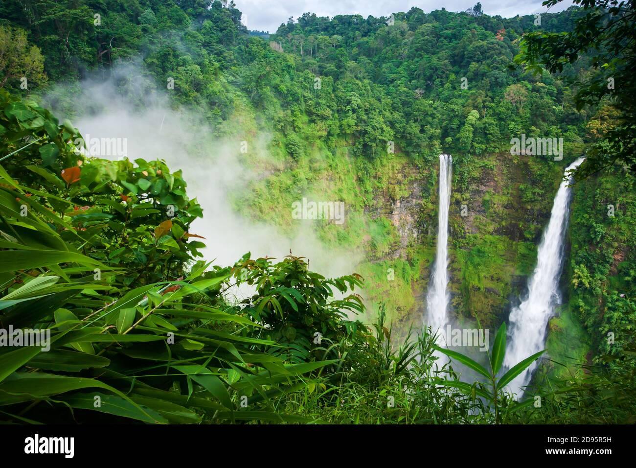 Scenario Tad Fane cascate nella nebbia mattutina, magica cascata doppia nella stagione delle piogge, attrazioni turistiche nel Laos del Sud. Foto Stock